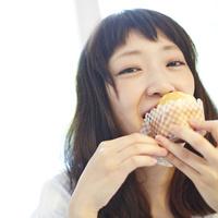 マフィンを食べる若い女性