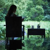 本を読む女性 11070014245| 写真素材・ストックフォト・画像・イラスト素材|アマナイメージズ