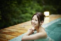 露天風呂に入浴する女性