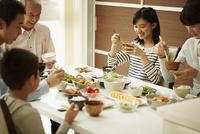 食卓の三世代ファミリー