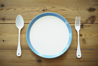 テーブルの上のお皿とナイフとフォーク