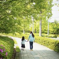 歩道を手をつないで歩く母と女の子 11070015018| 写真素材・ストックフォト・画像・イラスト素材|アマナイメージズ