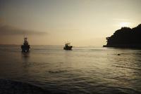 朝焼けの海と漁船 11070015059| 写真素材・ストックフォト・画像・イラスト素材|アマナイメージズ