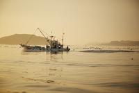 朝焼けの海と漁船 11070015062| 写真素材・ストックフォト・画像・イラスト素材|アマナイメージズ