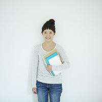 ノートを持った女子大生のポートレート 11070015072| 写真素材・ストックフォト・画像・イラスト素材|アマナイメージズ