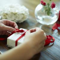ギフトボックスにリボンを結ぶ女性の手元 11070015082| 写真素材・ストックフォト・画像・イラスト素材|アマナイメージズ