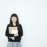ノートを持った女子大生のポートレート 11070015087| 写真素材・ストックフォト・画像・イラスト素材|アマナイメージズ