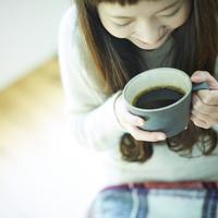 コーヒーを持つ女性 11070015122| 写真素材・ストックフォト・画像・イラスト素材|アマナイメージズ