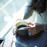 コーヒーと女性の手元