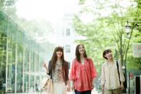 ウインドウショッピングをする3人の女性
