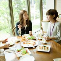 レストランで食事をする2人の女性