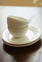 テーブルの上の重ねた白い皿とボウル