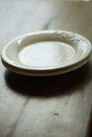重ねた2枚の白い皿
