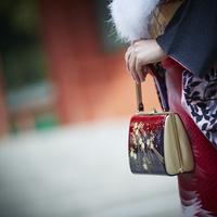 バッグを持つ振袖姿の女性の手元