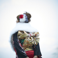 振袖姿の女性の後ろ姿 11070016009| 写真素材・ストックフォト・画像・イラスト素材|アマナイメージズ