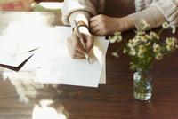 手紙を書く女性の手元 11070016062| 写真素材・ストックフォト・画像・イラスト素材|アマナイメージズ