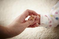 親子の手 11070016087| 写真素材・ストックフォト・画像・イラスト素材|アマナイメージズ