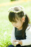 シロツメクサの花冠をつけた女の子