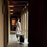 キャリーバッグを引いて歩く女性の後ろ姿 11070017135  写真素材・ストックフォト・画像・イラスト素材 アマナイメージズ