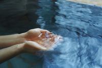 温泉の湯をすくう女性の手 11070017282| 写真素材・ストックフォト・画像・イラスト素材|アマナイメージズ