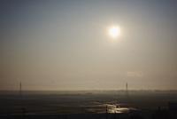 冬の田園と送電線と朝日 11070017321| 写真素材・ストックフォト・画像・イラスト素材|アマナイメージズ