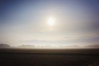 冬の田園と朝日