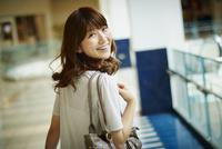 振り向く笑顔の女性