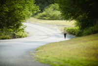 ランニングをする女性 11070017499| 写真素材・ストックフォト・画像・イラスト素材|アマナイメージズ