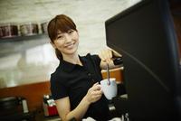 カフェで働く女性 11070017521| 写真素材・ストックフォト・画像・イラスト素材|アマナイメージズ
