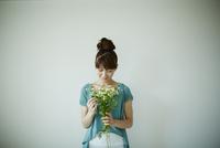花束を持つ女性 11070017538| 写真素材・ストックフォト・画像・イラスト素材|アマナイメージズ