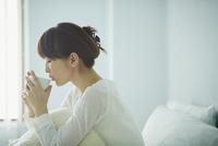 ベッドでコーヒーを飲む女性 11070017589| 写真素材・ストックフォト・画像・イラスト素材|アマナイメージズ