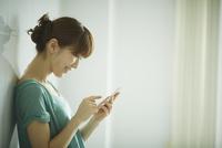 スマートフォンを操作する女性の横顔