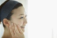 頬に触れる女性の横顔 11070017600| 写真素材・ストックフォト・画像・イラスト素材|アマナイメージズ