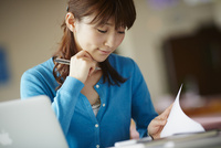 デスクワークをする女性 11070017628| 写真素材・ストックフォト・画像・イラスト素材|アマナイメージズ
