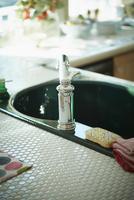 キッチンの水道 11070017683| 写真素材・ストックフォト・画像・イラスト素材|アマナイメージズ