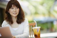 オープンカフェで仕事をする女性