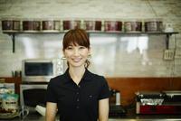 カフェで働く女性 11070017795| 写真素材・ストックフォト・画像・イラスト素材|アマナイメージズ