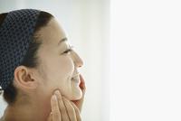頬に触れる女性の横顔 11070017857| 写真素材・ストックフォト・画像・イラスト素材|アマナイメージズ