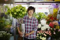 花屋の店員 11070018472| 写真素材・ストックフォト・画像・イラスト素材|アマナイメージズ