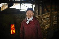 炭焼き小屋のシニア男性