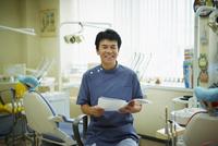 笑顔の歯科医師