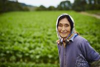 笑顔の農婦 11070018502| 写真素材・ストックフォト・画像・イラスト素材|アマナイメージズ