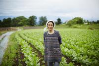畑に立つ笑顔の農婦