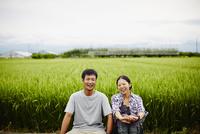 水田と笑顔の農家夫婦