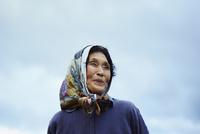 笑顔の農婦と空 11070018567| 写真素材・ストックフォト・画像・イラスト素材|アマナイメージズ