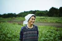 畑と笑顔の農婦