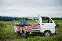 スイカを積んだトラックとスイカを抱える笑顔の農夫 11070018589| 写真素材・ストックフォト・画像・イラスト素材|アマナイメージズ