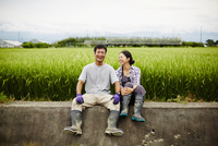 水田と笑顔の農家夫婦 11070018593| 写真素材・ストックフォト・画像・イラスト素材|アマナイメージズ