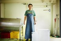エプロンをつけた氷店の笑顔の男性 11070018597| 写真素材・ストックフォト・画像・イラスト素材|アマナイメージズ