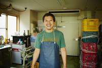 エプロンをつけた氷店の笑顔の男性